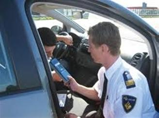 Hoeveel microgram per liter uitgeademde lucht mag het alcoholgehalte van de adem maximaal zijn van iemand die nog geen 5 jaar zijn rijbewijs heeft ?plaatje